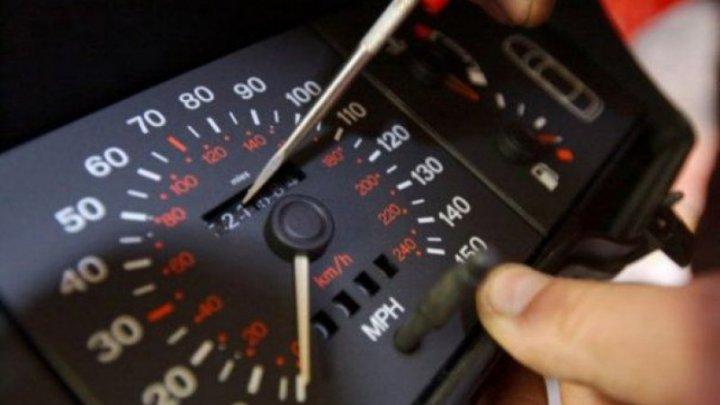 Cel mai simplu mod în care îţi poţi da seama dacă kilometrii unei maşini second-hand sunt reali