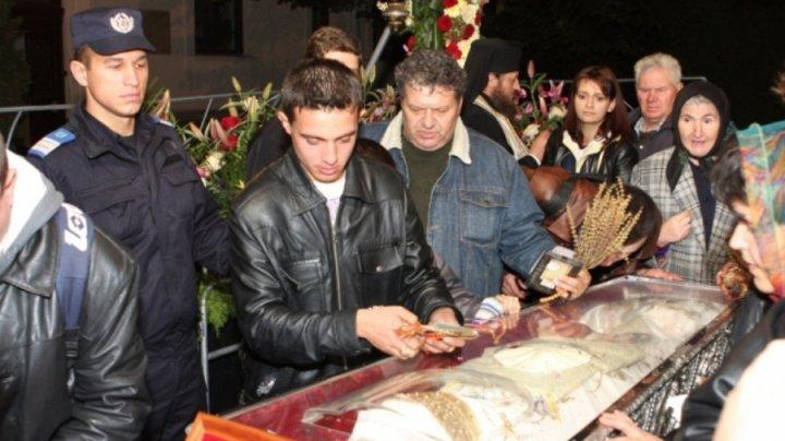 MOMENTE ŞOCANTE: Un bărbat a început să URLE când s-a apropiat de moaştele Sfintei Parascheva