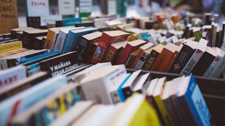 Într-o lume a smartphone-urilor, vânzările de cărţi au început să crească. Cum este explicat fenomenul