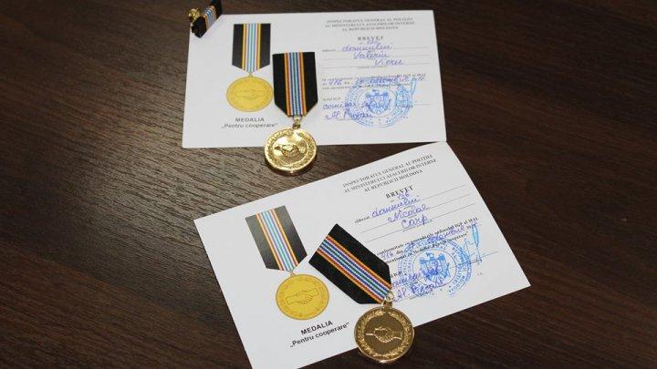"""Doi membri ai unui club de automobilism au primit de la șeful-adjunct al IGP medalia """"Pentru cooperare"""""""
