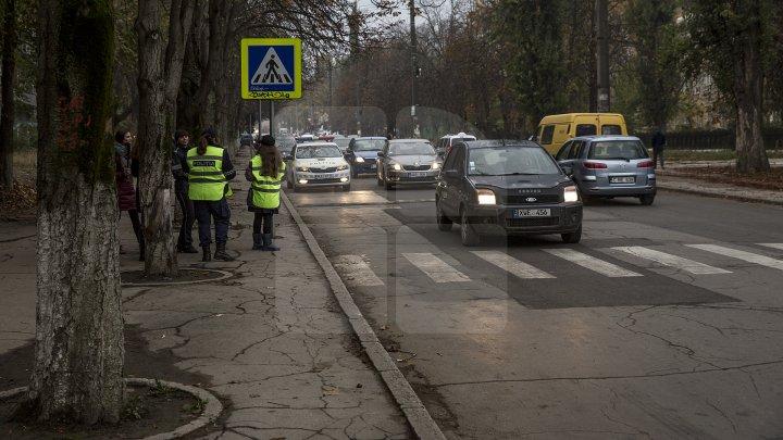 Cei mai tineri pietoni din Capitală au fost învățați cum să traverseze corect strada, dar și cum să dirijeze traficul (FOTO)