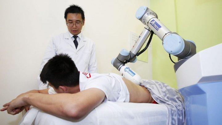 """Robotul Emma face masaje """"tui na"""". Câţi dolari plătesc pacienţii pentru o jumătate de oră de relaxare"""