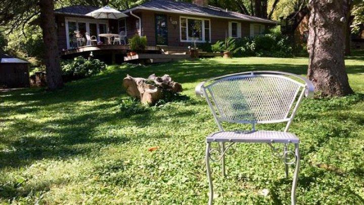 Omenia-i lucru mare! Motivul pentru care toți locuitorii unui cartier au pus scaune în fața caselor (VIDEO)