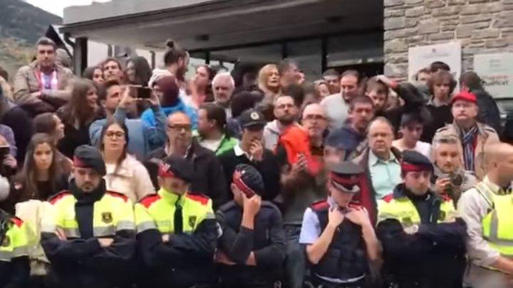 IMAGINI EMOŢIONANTE de la referendumul din Catalonia. Cordonul de poliţişti A IZBUCNIT ÎN PLÂNS