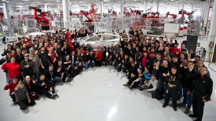 Tesla a concediat 400 de angajați în ultima săptămână. Care este cauza