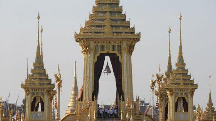 Culorile au revenit în Thailanda. Cetățenii au încheiat oficial perioada de doliu național în memoria fostului rege