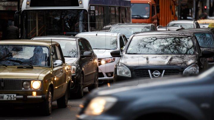Serviciul InfoTrafic: Se circulă bară la bară pe mai multe străzi din Capitală. Un accident rutier, în cartierul Sculeanca