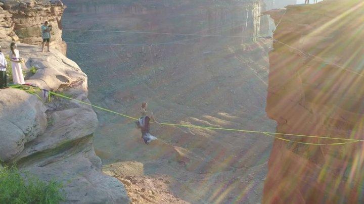 Nuntă cu adrenalină. Doi amatori de sporturi extreme s-au căsătorit la 120 de metri înălțime (VIDEO)