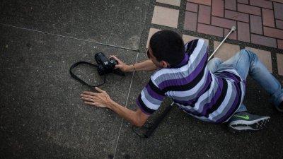 POVESTE INCREDIBILĂ! Un fotograf orb îi învață pe alți nevăzători să facă fotografii