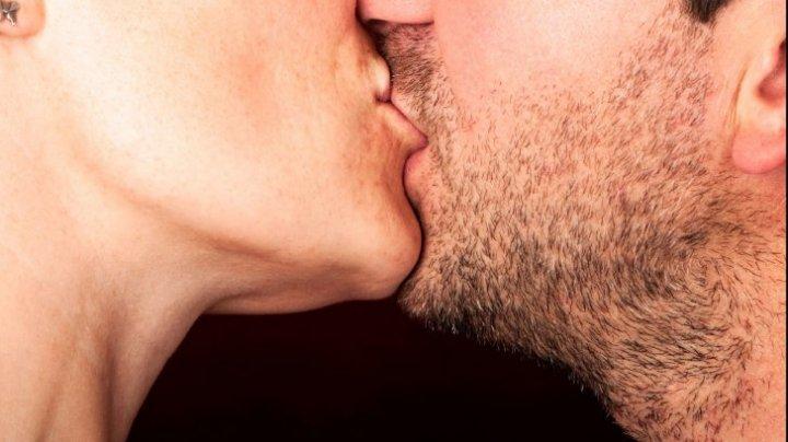 Caz excepțional! O femeie, condamnată după ce l-a sărutat îndelung pe iubitul său (FOTO)