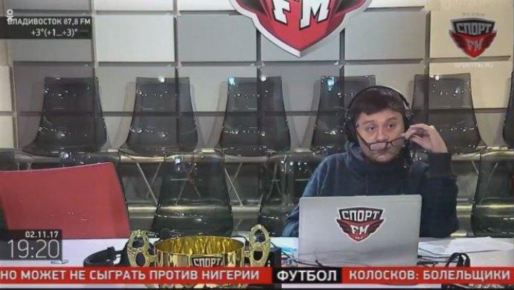 NO COMMENT: Un comentator de fotbal a ajuns sub masă după ce s-a rupt scaunul sub el (VIDEO)