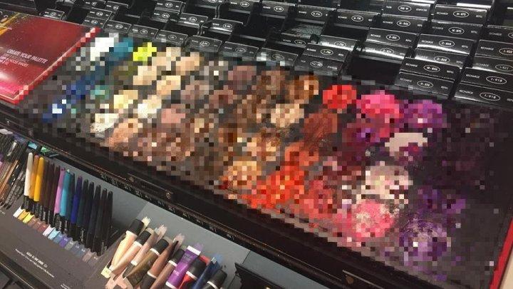 VIRAL! Un copil a distrus farduri, în valoare de 1.300 de dolari, într-un magazin de cosmetice (FOTO)