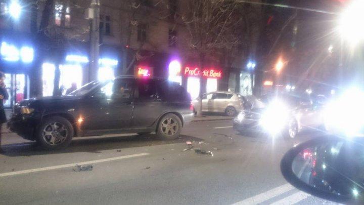 ACCIDENT în lanț în Capitală. Patru mașini s-au tamponat pe strada Ștefan cel Mare, intersecție cu Vlaicu Pîrcălab