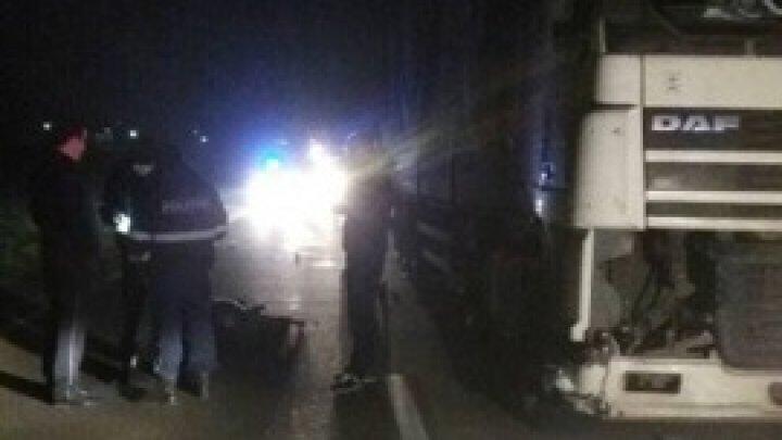 Un bărbat a fost LOVIT MORTAL de un TIR la intrarea în satul Pelivan (FOTO)