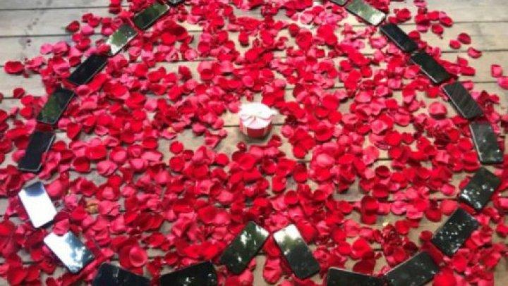 Cerere de căsătorie INEDITĂ. A cumpărat 25 de telefoane iPhone X înainte să-și ceară în căsătorie iubita (FOTO)