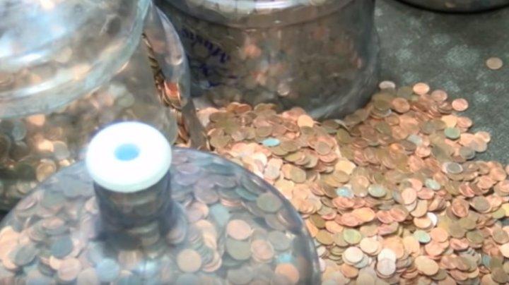 A strâns banii căzuți pe stradă timp de 45 de ani. Când i-a numărat a trăit şocul vieţii (VIDEO)