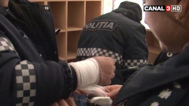 Un poliţist A FOST MUŞCAT de mână în timp ce agentul ridica plăcuţele de înmatriculare a maşinilor parcate neregulamentar (VIDEO)