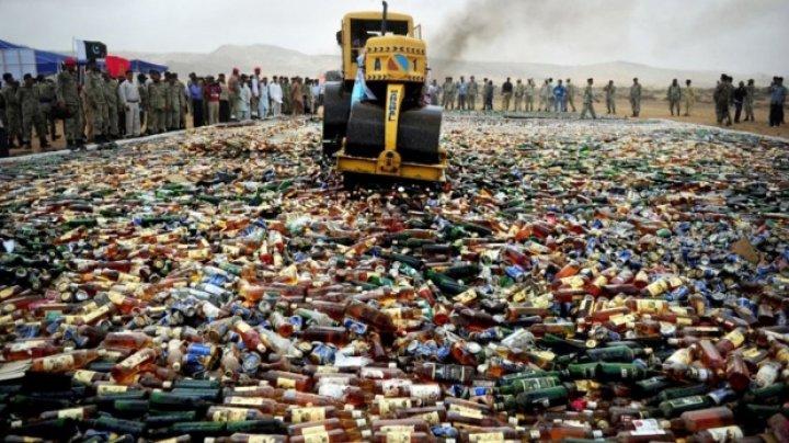 Pakistanul a declarat RĂZBOI alcoolului. Zeci de mii de sticle confiscate, DISTRUSE cu compresorul (VIDEO)