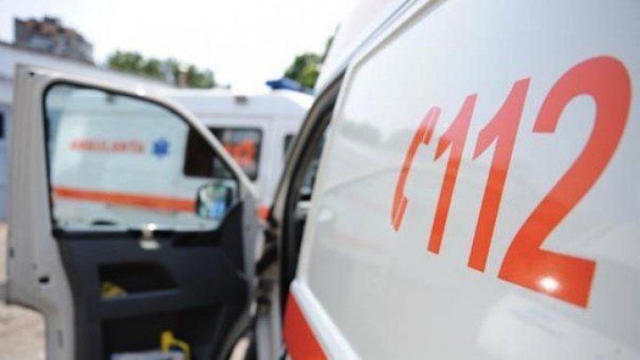TERIFIANT! Un copil de doi ani a ajuns în STARE GRAVĂ la spital, după ce a căzut de la etajul trei al unui bloc din Iaşi