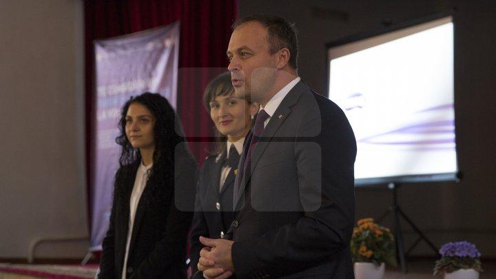 Andrian Candu, în calitate de profesor la un liceu din Capitală. Preşedintele Parlamentului le-a vorbit elevilor despre regulile de circulaţie (FOTO)
