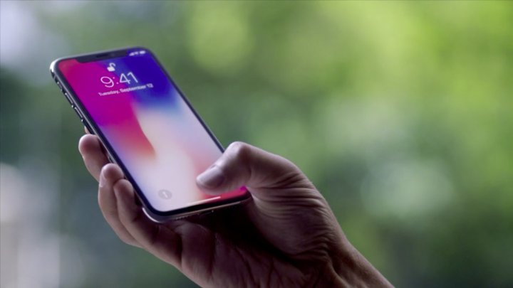 Compania Apple lansează un nou model iPhone la preț mic