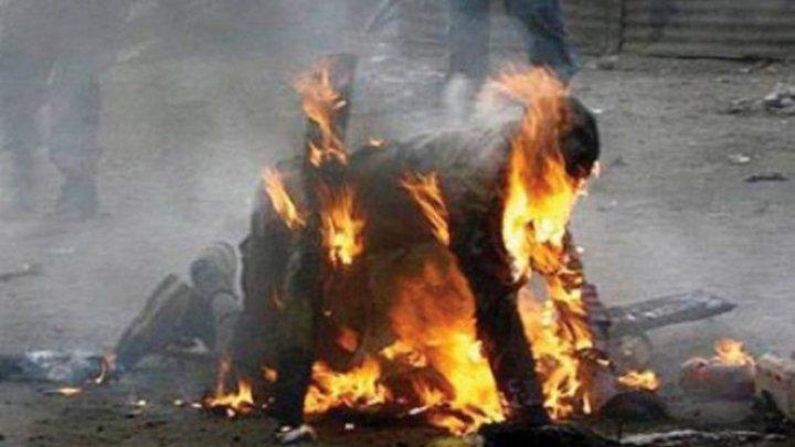 I-a dat foc în stradă! DETALII TULBURĂTOARE în cazul bărbatului incendiat de un amic de pahar (VIDEO)
