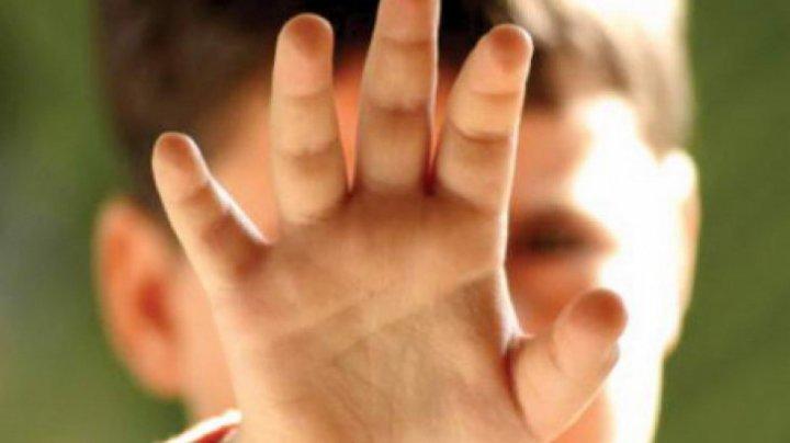 STRIGĂTOR LA CER! Un copil cu handicap psihic, agresat sexual de 8 adolescenți