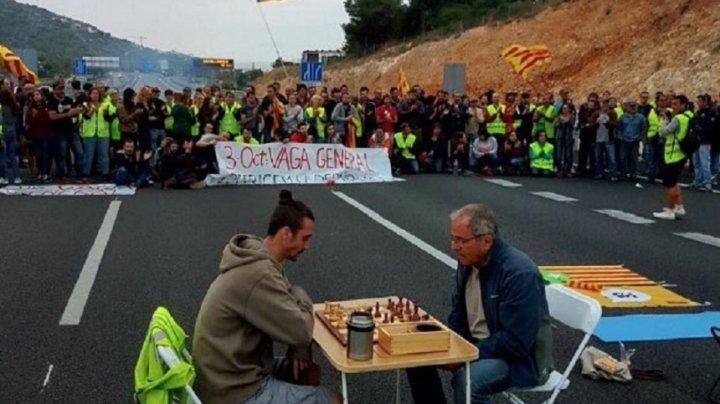 Mișcare grevistă la Catalonia: autostrăzi și trenuri blocate