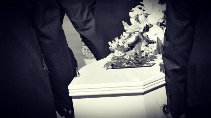 Caz straniu. Un tânăr de 24 de ani s-a trezit la propria înmormântare