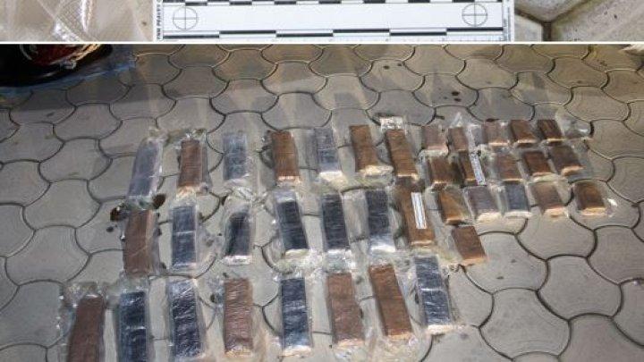 Traficanți de droguri, încătuşaţi. DETALII despre schema frauduloasă în care erau implicaţi moldoveni (VIDEO DIN MOMENTUL REŢINERII)