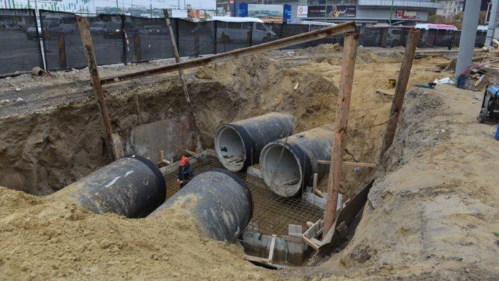 Orice ploaie provoacă haos în Capitală. Municipalitatea nu are bani pentru a repara reţeaua de canalizare