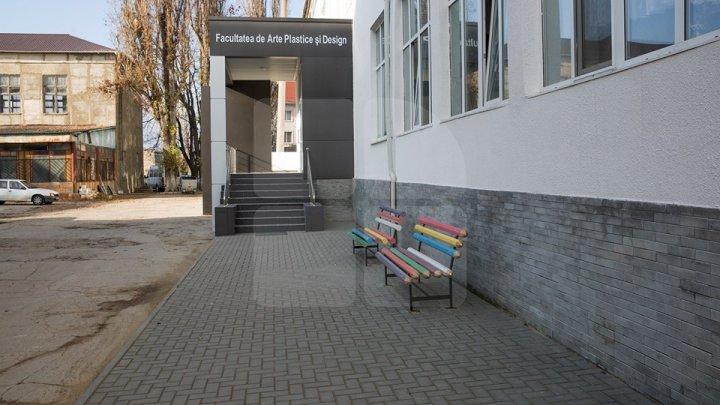INEDIT! Cele mai frumoase bănci au apărut la o facultate din Chişinău (FOTOREPORT)