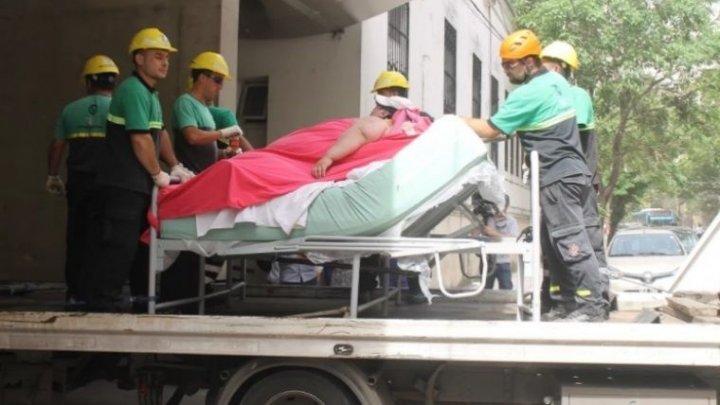 O istorie tristă de viaţă. Pompierii au dărâmat un zid pentru a ajuta o femeie de 490 de kg să fie internată la spital