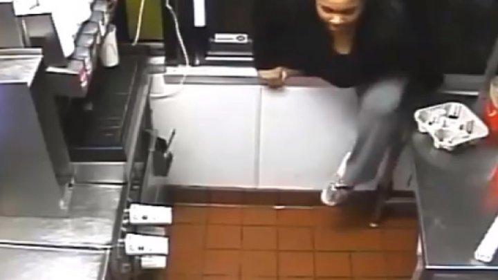 DE RÂS ŞI DE PLÂNS! Momentul în care o femeie intră pe fereastă la McDonald's şi fură mâncare şi bani din numerar (VIDEO)