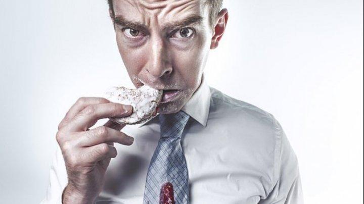Studiu! Ce se întâmplă dacă mănânci singur. Nu vei mai face asta niciodată