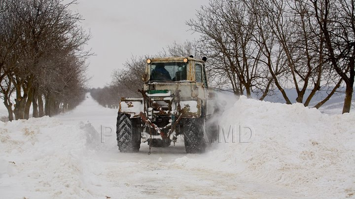 Moldova, pregătită pentru sezonul rece. Tehnica de deszăpezire a fost reparată, iar drumarii asiguraţi cu material antiderapant