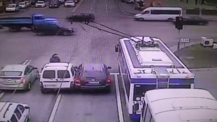 Doi şoferi nu au putut împărţi o bandă de circulaţie în centrul Capitalei (FOTO)