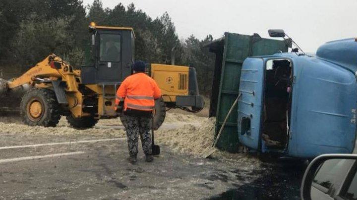 Accident în apropiere Edineţ. Un ZIL plin cu nisip s-a răsturnat (FOTO)