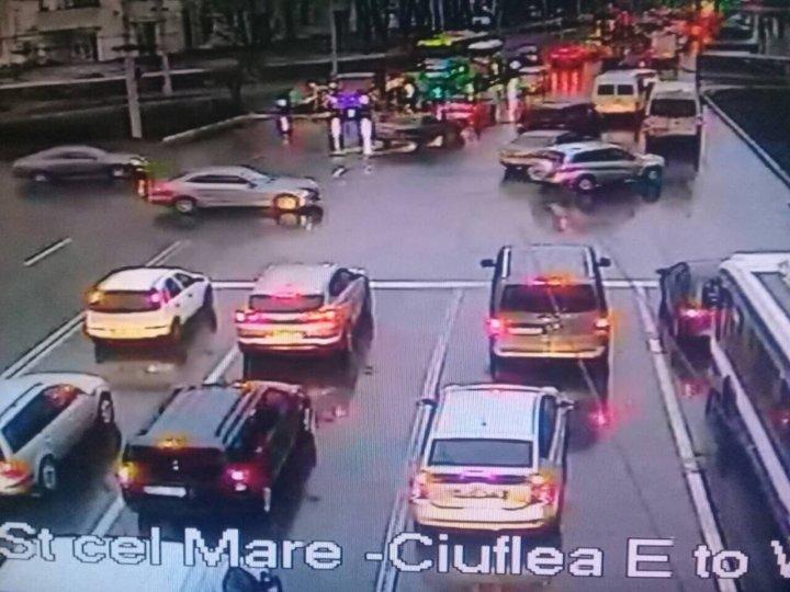 Serviciul InfoTrafic: Cinci accidente în Capitală. Unde se circulă cu dificultate (FOTO)