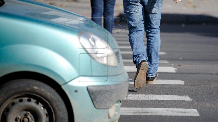 Şocant! Preot lovit de o maşină chiar pe trecerea de pietoni. Victima, transportată de urgenţă la spital (VIDEO)