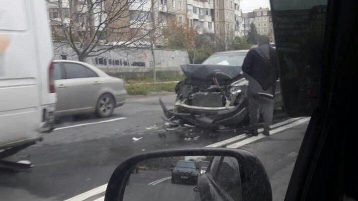 Accident grav în Capitală. O maşină a fost făcută zob