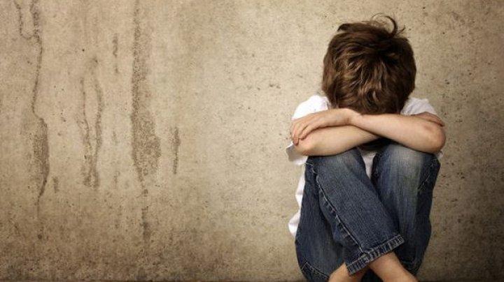 CAZ ÎNFIORĂTOR în Spania. Un băieţel român a fost abuzat sexual CU ACORDUL PĂRINŢILOR de un preot