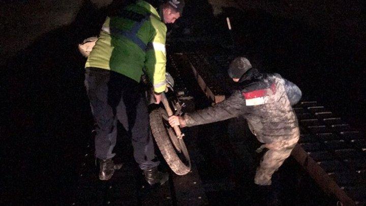 LA UN PAS DE TRAGEDIE! Doi motociclişti din Sângerei au căzut de pe un pod şi s-au răsturnat într-un râu. Poliţia a intervenit de urgenţă