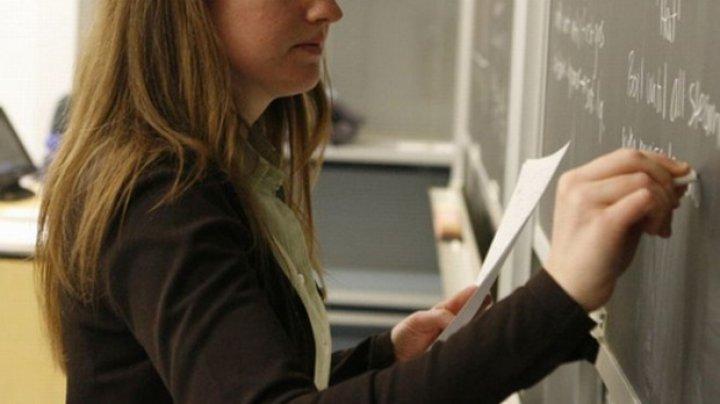 Profesoarele de la Colegiul de Ecologie din Capitală, cercetate penal pentru mită, continuă să predea