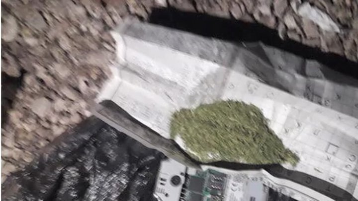 Un tânăr, reţinut de poliţie după ce a aruncat prietenului său un pachet cu droguri peste gardul puşcăriei