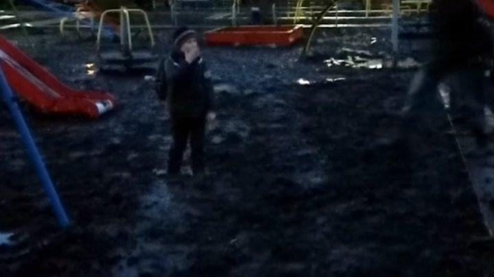 De râs și de plâns. Un copil din Rusia, înghițit de nămol pe un teren de joacă (VIDEO)