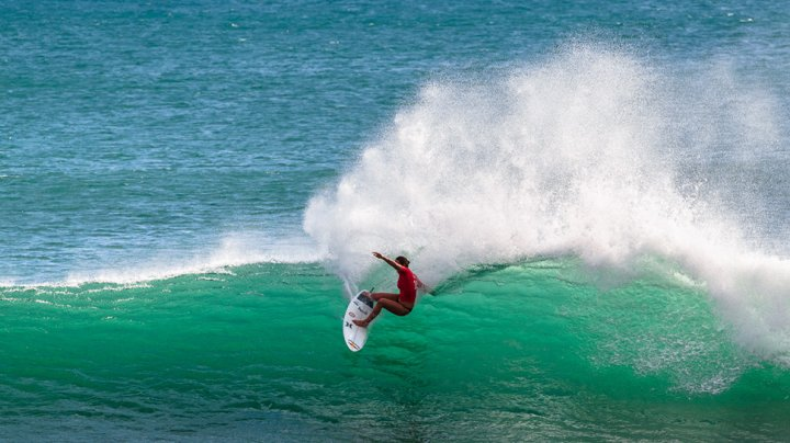 LA UN PAS DE TRAGEDIE! Un surfer din Australia, atacat de un rechin s-a salvat lovind animalul cu planşa