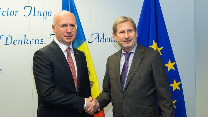 Comisarul Hahn, la întrevederea cu premierul Filip: Suportul bugetar va fi alocat până la finele anului