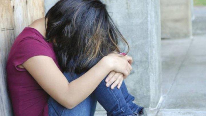 CLIPE DE COȘMAR! Elevă oarbă de 15 ani violată de doi profesori în incinta școlii