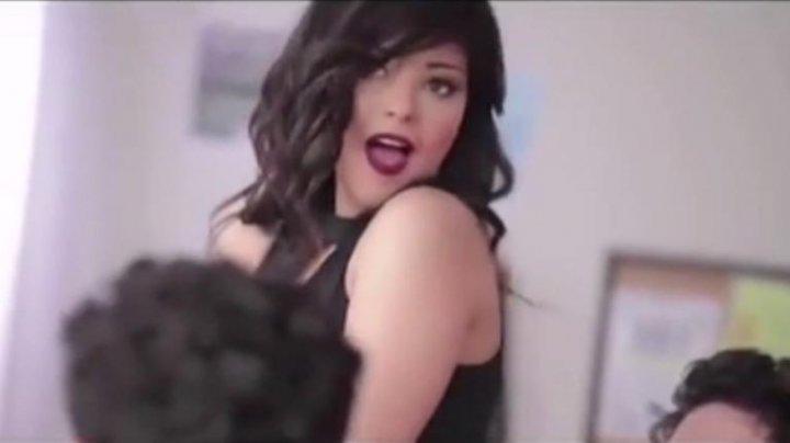 Revoltător! O cântăreață din Egipt a fost arestată pentru că a mâncat o banană